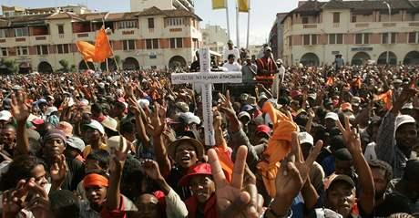 Příznivci opozičního předáka Andryho Rajoeliny slaví v metropoli Madagaskaru. (17. březen 2009)