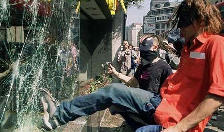 Protesty v Londýně v červnu 1999 proti dluhu třetího světa.