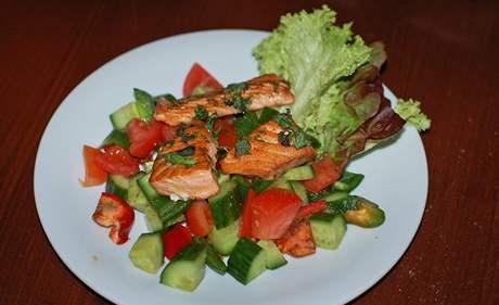 Restaurace La Bouchée, obědový salát s grilovanou rybou