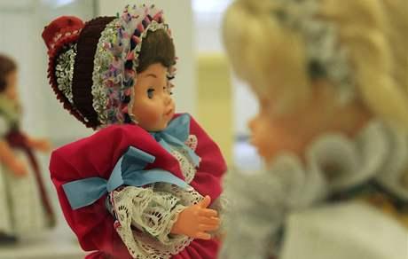 Výstava krojů začíná v Hodonínském muzeu. Desítky krojů jsou netradičně umístěny na panenkách. Na snímku dětský kroj ze Slovácka