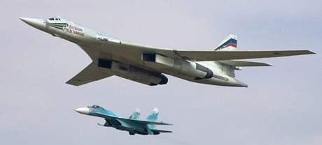 Strategický bombardér Tu-160 doprovázený ruskou stíhačkou.