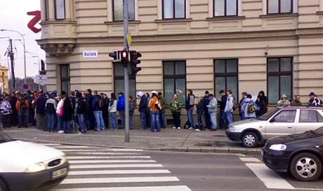Fanoušci Komety čekají na lístky na večerní utkání
