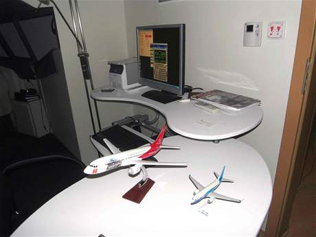 Instruktorské pracoviště u trenažéru Boeingu 737NG