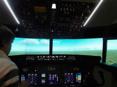 Pohled do kokpitu za letu v trenažéru Boeingu 737NG