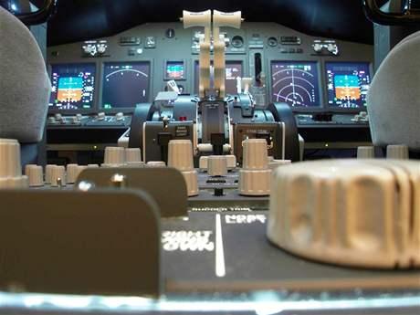 Ovládací prvky trenažéru Boeingu 737NG