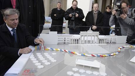 Model domina, které připomene pád Berlínské zdi.