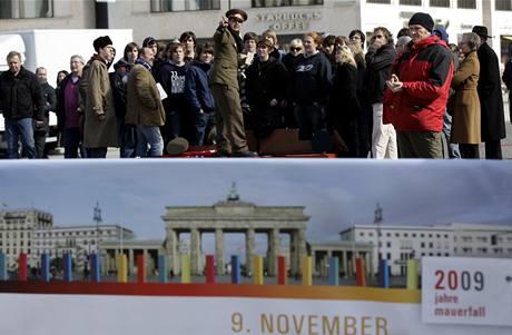 Domino, které připomene pád Berlínské zdi.
