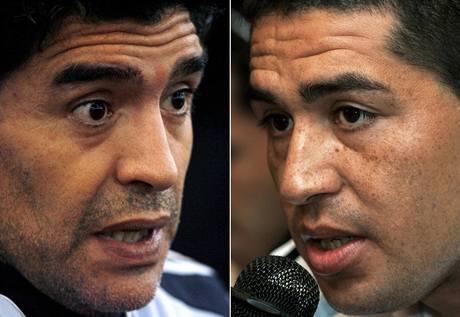 HVĚZDY VE SPORU. Diego Maradona (vlevo)  a Román Riquelme.