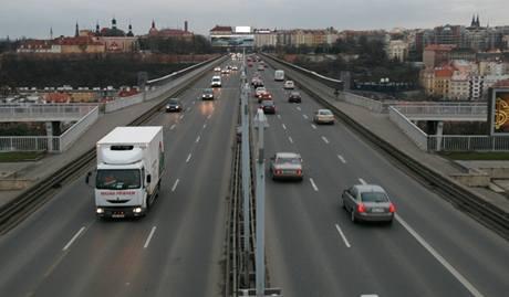 Nuselský most po zúžení magistrály v Legerově ulici o jeden pruh (16. 3. 2009 6:30)