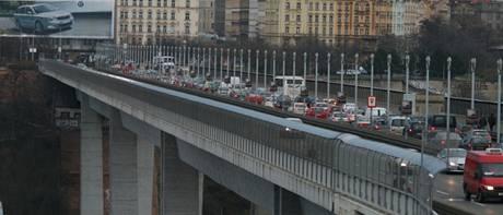 Nuselský most po zúžení magistrály v Legerově ulici o jeden pruh (16. 3. 2009 7:00)