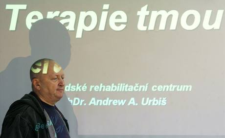 Andrew Urbiš na tiskové konferenci krátce před tím, než zahájil desetidenní pobyt ve tmě v bývalém protiatomovém krytu. (16.3.2009)