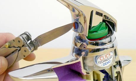 �pi�kou no�e opatrn� vyjm�te ozdobnou plastovou krytku