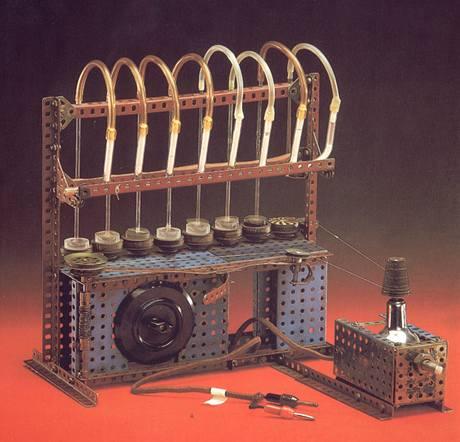Přístroj, na kterém Otto Wichterle sestrojil první čočky