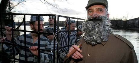Vězni na Kubě a herec Tomáš Hanák jako Fidel Castro. Happening společnosti Člověk v tísni.