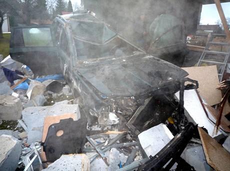 Škoda Octavia poté, co v Jablonné v Podještědí její řidič projel skrz garáž.