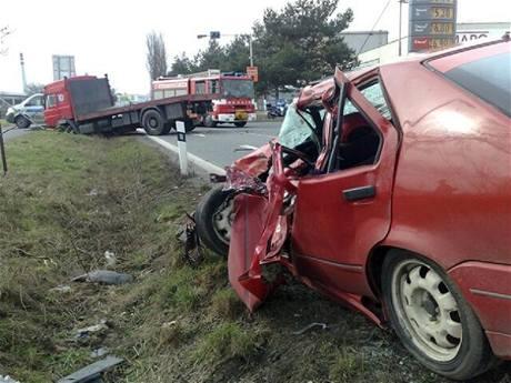 Nehoda renaultu a kamionu ve Třech Dvorech u Kolína (10. března 2009)
