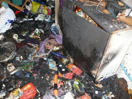 Záběry z bytu v panelovém domě v Kladně, kde hasiči likvidovali nad ránem požár (17. března 2009)