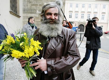 Zmatený bezdomovec František hledá svou nevěstu