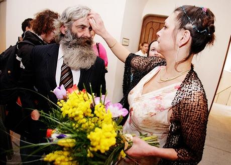 Eva uklidňuje Františka těsně před svatbou