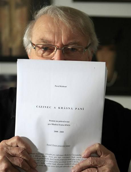 Pavel Kohout s rukopisem románu pro MF Dnes Cizinec a krásná paní