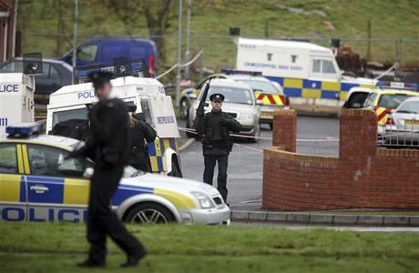 Policisté v severoirském městě Craigavon hlídkují na místě vraždy jednoho z policistů pouhých 48 hodin po atentátu na britské vojáky v hrabství Antrim (10. březen 2009)