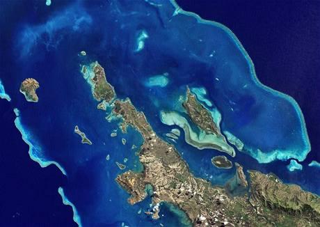Růst hladin při současném trendu zatopí pobřeží i malé ostrůvky například v Pacifiku. Změní i pobřeží jinak hornaté Nové Kaledonie (na satelitním snímku).