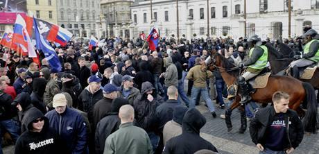 Demonstraci slovenských neonacistů rozehnala policie.