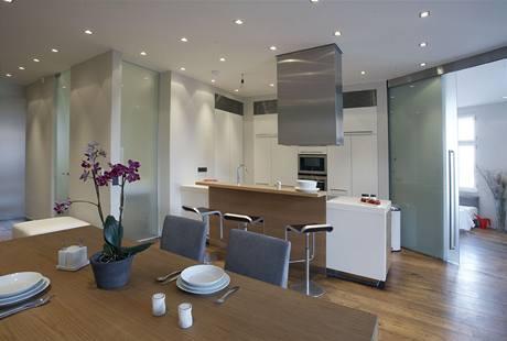 Šedá, bílá, kov, sklo a dřevo - to jsou typické barvy a materiály interiérů, pod nimiž je podepsána Ivana Dombková
