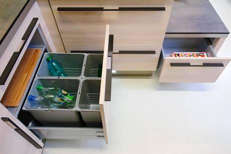 Pod sedákem je zásuvka na časopisy či noviny, pod dřezem sorter na tříděný odpad