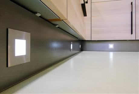 V soklu je bezpečnostní LED osvětlení kuchyňské podlahy