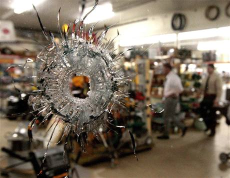 Vyšetřovatelé se snaží přímo na místě střelby přijít na motiv útočníkova řádění