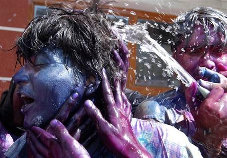 Indové se radují během svátku barev