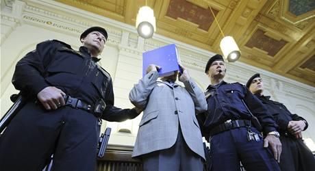 Josef Fritzl se před soudem zakrýval modrými deskami