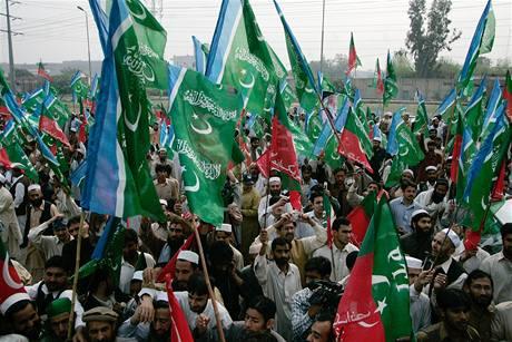 Příznivci opozice oslavují návrat předsedy nejvyššího soudu Iftikhara Čaudhrího do funkce