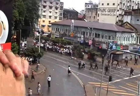 Fotografii zastřeleného japonského novináře získaly tiskové agentury z videonahrávky Democratic Voice of Burma