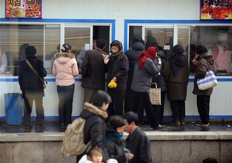 Fronta na j�dlo v metropoli KLDR Pchjongjangu