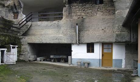 Skalní obydlí v Brhlovcích na Slovensku