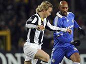Pavel Nedvěd (vlevo) zpracovává míč před utočníkem Chelsea Nikolasem Anelkou.
