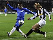 Juventus - Chelsea, Essien a Nedvěd (vpravo).