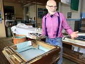 Ve Strážnici je jedna z posledních dvou tradičních výrob modrotisku na Moravě. František Joch je pokračovatelem rodinné tradice. Jak se dělá modrotisk: razidlo se namáčí do speciální barvy a otiskuje na plátno