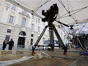 Před budovou soudu v Sankt Pöltenu vyrostla tribuna pro média