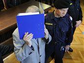Josef Fritzl si před soudem zakrýval obličej deskami