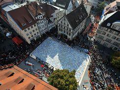 Marienplatz z výšky, v bočních ulicích se skládaly jednotlivé části