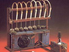 Přístroj, na kterém Otto Vichterle sestrojil první čočky