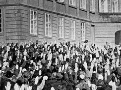 První nádvoří a les vztyčených pravic pražských Němců vítá Hitlera (v okně nahoře)