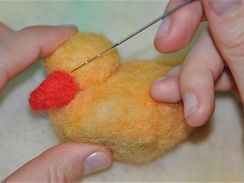 Zobáček vypracujte celý z barevného rouna, k hlavičce ho opět přidělejte pomocí plstící jehly.