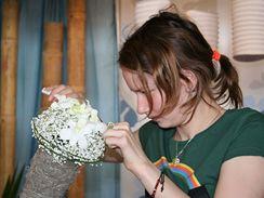 Soustředění mladičké floristky.