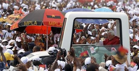 Papež Benedikt XVI. přijíždí na mši pod širým nebem v angolské Luandě (22. března 2009)
