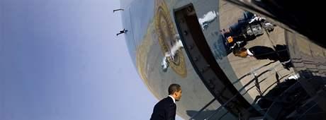 Americký prezident Barack Obama nastupuje do Air Force One