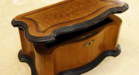 Učňovská práce stolaře Klementa Gottwalda – intarzovaná skříňka na šperky.